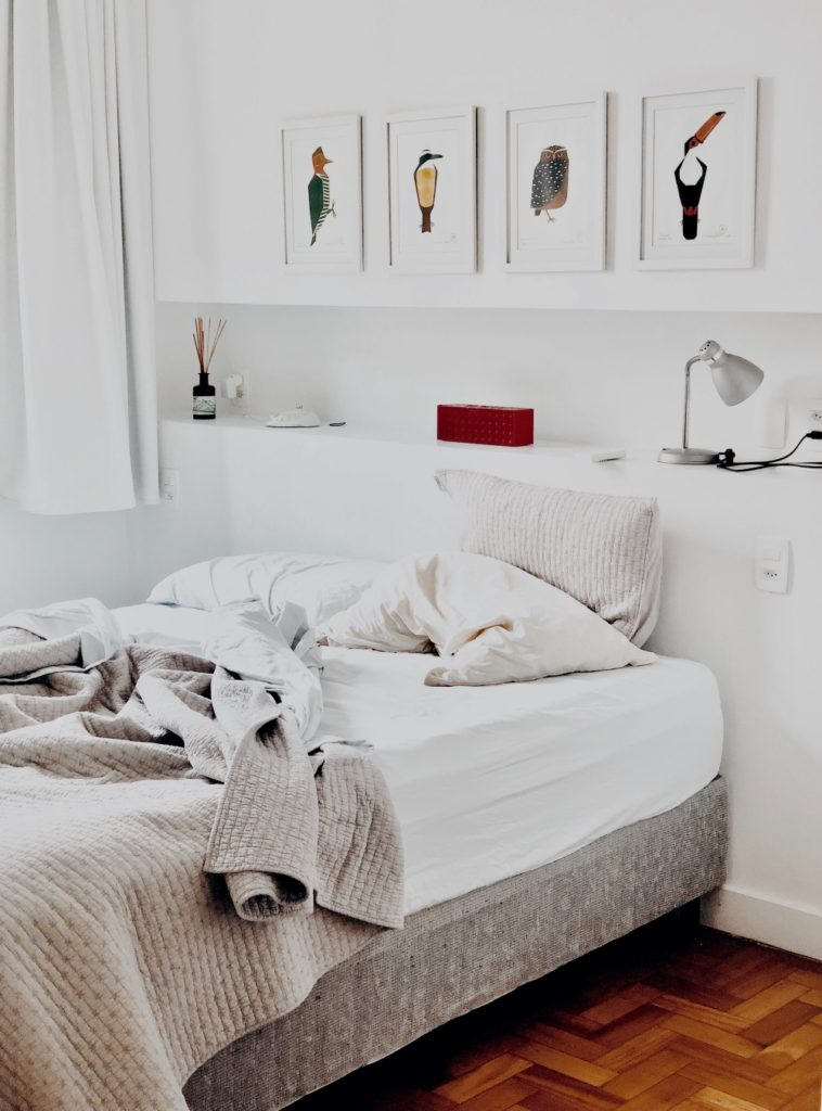 HOW TO DESIGN A MINIMALIST BEDROOM